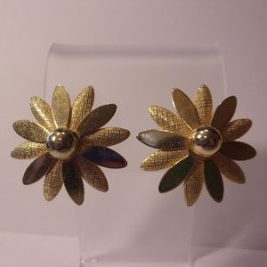 Sarah Coventry Daisy Gold Tone Clip Earrings